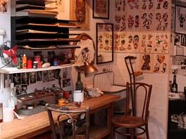 Ukázka, jak vypadá běžný tetovací salón v Evropě.