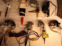 Přehlídka nástrojů používaných v kriminále ukazuje, že v polních podmínkách se...