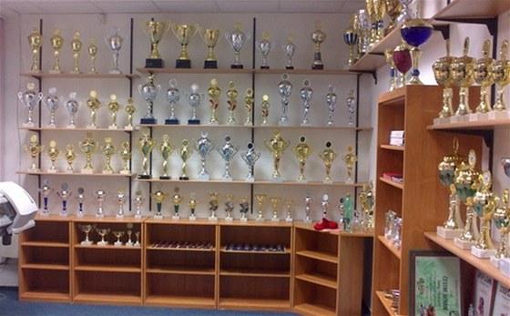 Tiskárny, kopírky, ale i poháry a medaile.