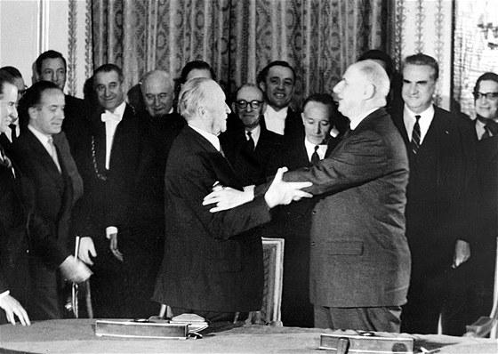 Německý kancléř Konrad Adenauer (vlevo) a francouzský prezident Charles de