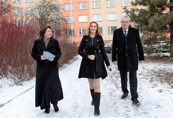 Ivana Zemanová s dcerou Kateřinou a manželem Milošem jdou odevzdat své hlasy v