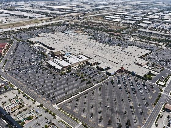 Některá obchodní centra jsou opravdu obří, zde jedno nákupní centrum v...