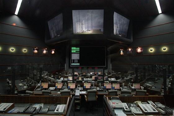 Kosmodrom v Kourou, Francouzská Guyana: řídící středisko letu. Na monotorech je