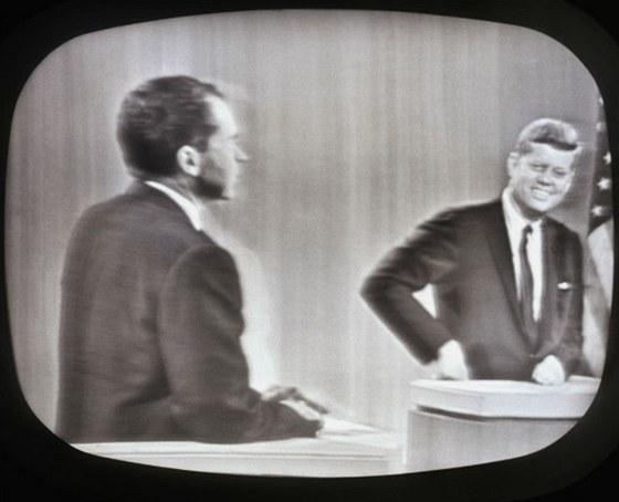 V první debatě působil unavený Nixon neupraveným až nemocným dojmem, zatímco odpočatý Kennedy měl americký úsměv na tváři.