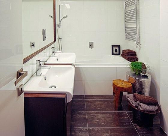 Změna dispozic dovolila zvětšit koupelnu, kde mohla být zachována vana a vešla
