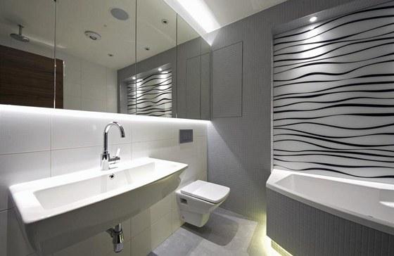 Koupelna nabízí překvapivě dost úložných prostor, především za zrcadlem. Využit