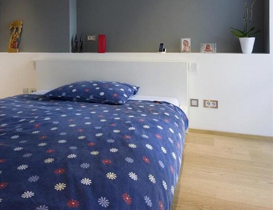 Minimalisticky zařízená ložnice je vybavena řízeným osvětlením.