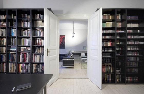 Knihovna pro dva ticíse svazků byla vyrobená na míru.