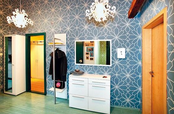 Interiér předsíně boří mýtus, že zelená a modrá vedle sebe nemohou existovat.