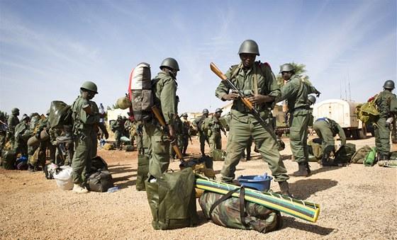 Maliští vojáci na letišti ve městě Gao.