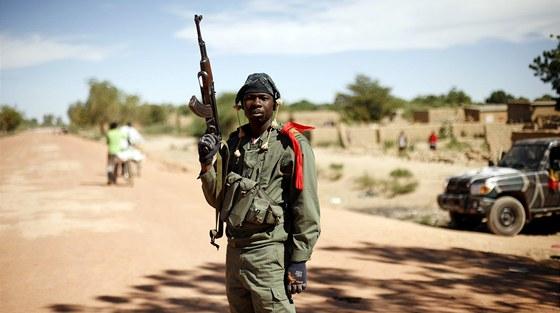 Maliský voják na kontrolním stanovišti nedaleko města Diabaly