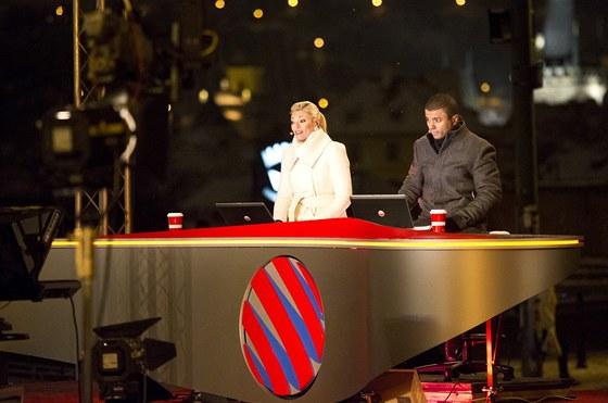 Teplé kabáty, horkovzdušné hořáky. Lucie Borhyová a Rey Koranteng