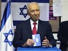 Izraelsk� prezident �imon Peres u voleb (22. ledna 2013)
