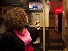 Návštěvníci kavárny v Amsterodamu sledují projev královny Beatrix. (28. ledna