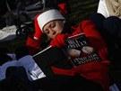 Žena si před Kapitolem krátí čas čekání na inauguraci četbou (21. ledna 2013)