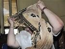 Lindsay Sandifordová si zakrývá obličej poté, co u indonského soudu na Bali