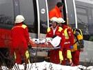 Rakouští záchranáři vyprostili z obou vlaků několik zraněných. (21. ledna 2013)