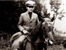 Jedenáctiletý Karel Schwarzenberg v sedle svého koně Hektora, toho musel při