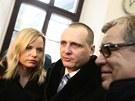 Víta Bártu doprvodila k Obvodnímu soudu pro Prahu 5 manželka Kateřina Klasnová.