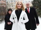 Miloš Zeman s manželkou a dcerou odcházejí k volbám v pražských Stodůlkách.