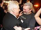 Miloš Zeman a zpěvák Daniel Hůlka se radují z volebního vítězství. (26. ledna