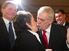 Miloš Zeman se líbá s Jiřinou Bohdalovou při oslavách volebního vítězství. (26.