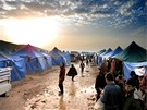 Uprchlický tábor s názvem Důstojnost. Je ještě v Sýrii, při hranici s Tureckem.