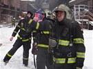 Hasiči při likvidaci požáru třídírny rudy v ArcelorMittalu v Ostravě. (28.