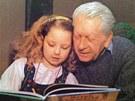 Ilustrátor, autor krtečka Zdeněk Miler se svou vnučkou Karolínou.
