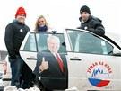 Mladí dobrovolníci agitují za zvolení Miloše Zemana prezidentem.