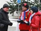 Mladí dobrovolníci Štěpánka Minárová a Rudolf Balášagitují za zvolení Karla