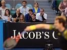 POD DOHLEDEM. Andy Murray servíruje pod dohledem svých nejbližších, mezi nimiž...