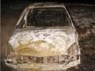 Auto nezodpovědného šoféra v poli celé shořelo.