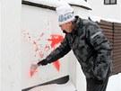 Majitel sousední nemovitosti Stanislav Černý odstraňuje symboly, které neznámý