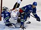 OSTRÝ SOUBOJ. Blake Comeau z Calgary rozrazil dvojblok Vancouveru ve složení