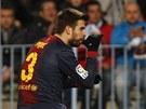 Barcelonský fotbalista Gerard Piqué slaví gól a gestem posílá vzkaz do