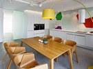 Barevné stěny, které jsou hlavním výtvarným prvkem bytu, vznikly z nápadu