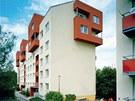 Panelové domy po regeneraci v Brně-Bystrci. Regulativ  vyžadoval u nástaveb