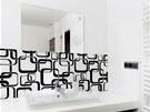 Výrazný grafický motiv oživí i koupelnu v barevně decentních barvách.