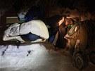 Jeden z bezdomovců přežívá již třetí zimu pouze na lavičce v parku.