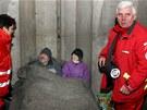 Pracovníci Červeného kříže Anna Stahoňová a Karel Studený rozdávají libereckým