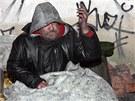 Bezdomovecké doupě v budově Modrého bodu, která zbyla po kdysi slavné