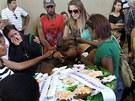 Příbuzní truchlí u rakve jedné z obětí ve sportovní hale v brazilském městě