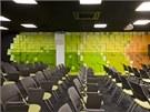Součástí kancelářských ploch jsou i promítací sály a konferenční místnosti.