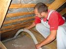 Pro vstup do střešní konstrukce stačí odtržení jednoho prkna a následně lze