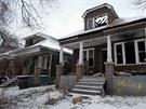 Bývalé rušné ulice jsou tiché a opuštěné. Prázdné nemovitosti přitahují různé živly.
