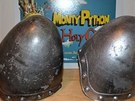 P�ilby z filmu Monty Python a Svat� Gr�l