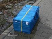 Jedna ze dvou modrých tašek, v které nesli lup.