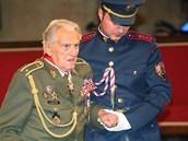 Brigádní generál Alxander Beer dostal od prezidenta Václava Klause Řád bílého