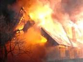 Po�ár zni�il rodinný d�m v �erveném Kostelci (24. 1. 2013)